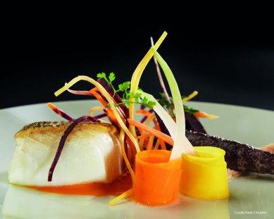 Merluzzo tra consistenze de colori di carote
