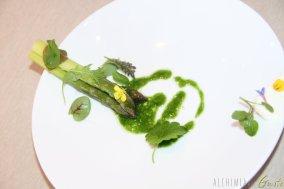 Asparagi e pesto di asparagi con crema all'aglio