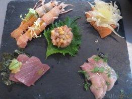 Crudo di pesce scampetti salmone tonno pesce spada, ricciola, ostriche con le loro guarniture