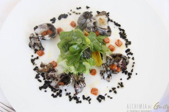 Seppie giovani arrostite sporche, erbe selvatiche e granita ai ricci di mare