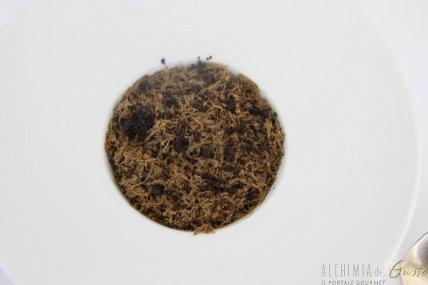 Fondente di patate mazzancolle e tartufo e cramble nero di seppia