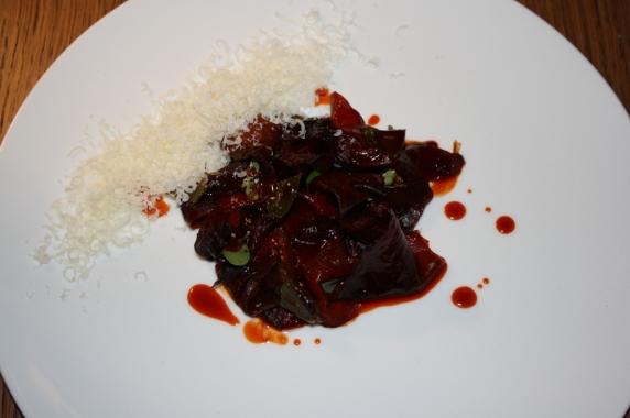 Finti straccetti di manzo, (Peperone trattato per somigliare sia nel colore che nella consistenza per assomigliare al manzo), crema di ricola e parmigiano reggiano.