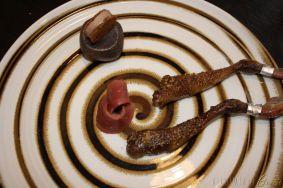 Coscetta glassata cosparsa di un mix di spezie mediorientali e uno spiedino di cuore e fegato leggermente scottati