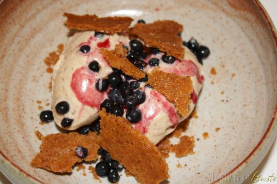 Gelato mirtilli e pistacchio con cialda croccante