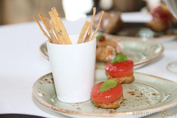 Frisellina pomodoro marinato germoglio di basilico accompagnati da Grissini di rosmarino