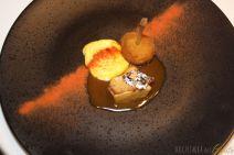 pollo francese con argento edibile, finto zabaione con polvere di pomodoro, coscetta confit. Rivisitazione di Eugenio di una classica ricetta di Marinetti, petto di pollo finto zabaione cosce e ala confit impanate e fritte