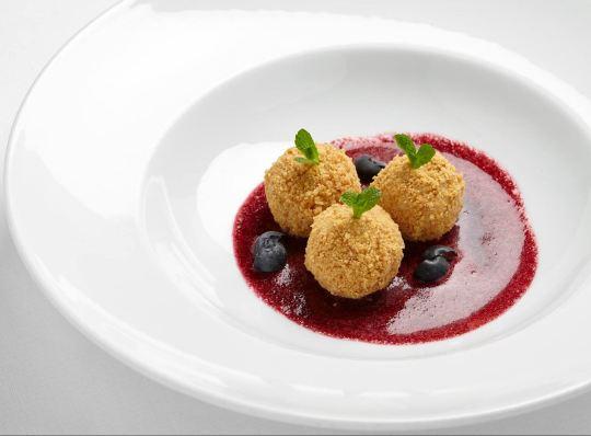 Dal Ristorante: Canederli allo yogurt con salsa ai frutti rossi. Un dessert cui la delicata e morbida dolcezza viene bilanciata da una lieve e vivace acidità.