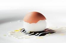 Dal Ristorante: La famosissima reinterpretazione della seppia ripiena da parte di Pino Cuttaia. La carne della seppia viene inserita in un uovo svuotato e quindi cotta.