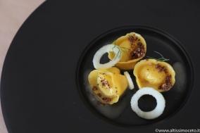 Viaggiatore Gourmet: Tortelli di gorgonzola sfumati al passito, crumble di cacao, noci e mela verde