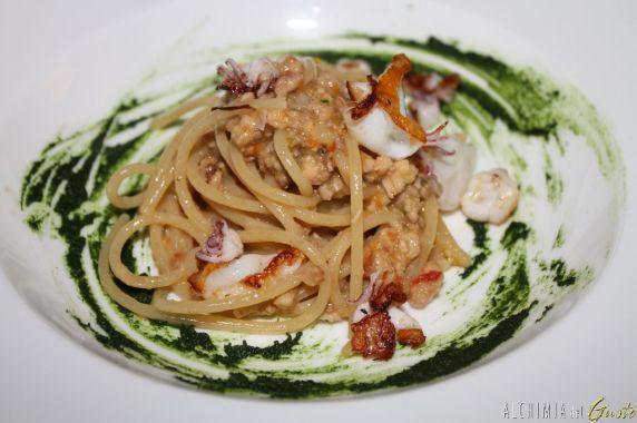 Spaghetti di grano duro Cavalier Cocco selezione Senatore Cappelli con ragù di coniglio, calamari Spillo croccanti