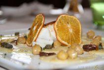 Mediterraneo d'inverno: scaloppa di merluzzo, acciughe, capperi, ceci ed agrumi