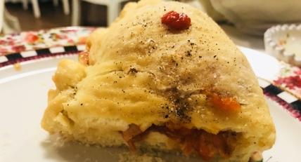Il Golosario: pizza fritta servita a mo' di panzerotto con l'interno di trippa in rosso e parmigiana